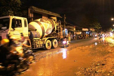 Thanh nien bi xe bon can chet tren doan duong 'dau kho' - Anh 1