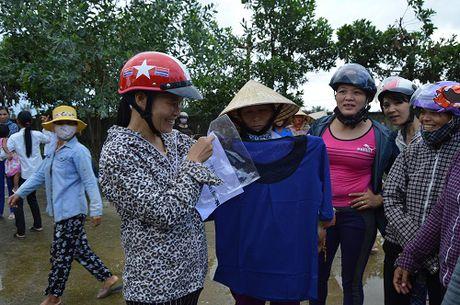 Hon 1.000 phan qua cua ban doc mien Nam gui dong bao vung lu - Anh 5