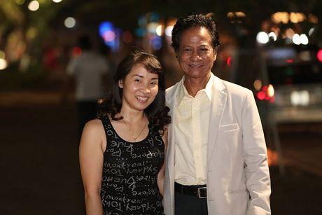 Che Linh duoc fan vay kin khi dao pho dem Ha Noi - Anh 10