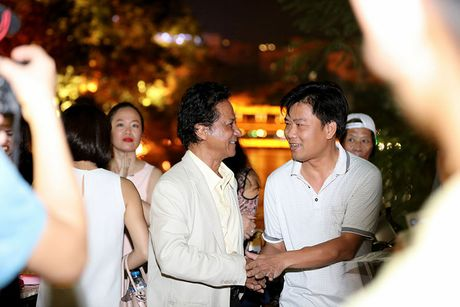 Che Linh duoc fan vay kin khi dao pho dem Ha Noi - Anh 13