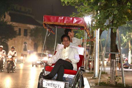 Che Linh duoc fan vay kin khi dao pho dem Ha Noi - Anh 1