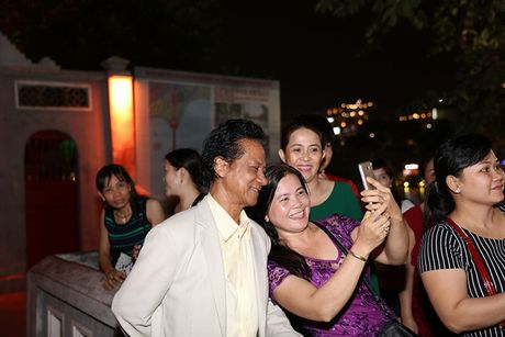 Che Linh duoc fan vay kin khi dao pho dem Ha Noi - Anh 4