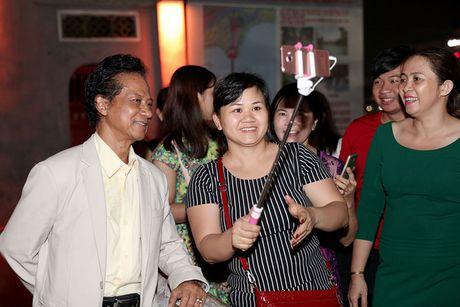 Che Linh duoc fan vay kin khi dao pho dem Ha Noi - Anh 5