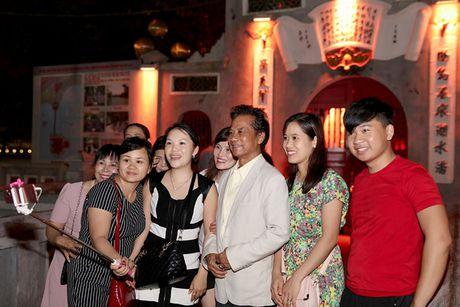 Che Linh duoc fan vay kin khi dao pho dem Ha Noi - Anh 6