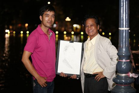 Che Linh duoc fan vay kin khi dao pho dem Ha Noi - Anh 8