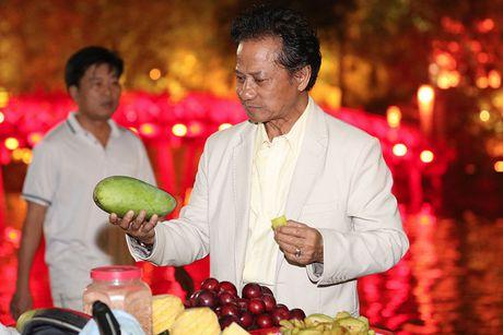 Che Linh duoc fan vay kin khi dao pho dem Ha Noi - Anh 9
