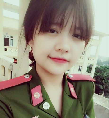 Nu sinh canh sat keu goi toan truong ung ho mien Trung - Anh 1