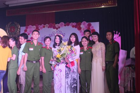 Nu sinh canh sat keu goi toan truong ung ho mien Trung - Anh 6