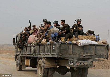 """Chua kip vung dao, dao phu IS bi """"ke ban tia Mosul"""" triet ha - Anh 2"""