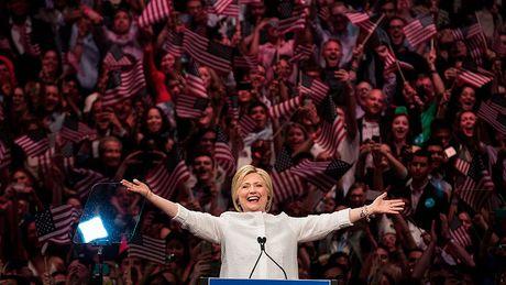 Ba Clinton dac cu, chung khoan toan cau se di len - Anh 1