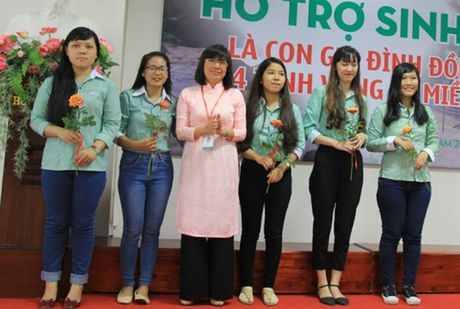 Hon 200 sinh vien con gia dinh dong bao vung ron lu mien Trung duoc ho tro hoc phi - Anh 1