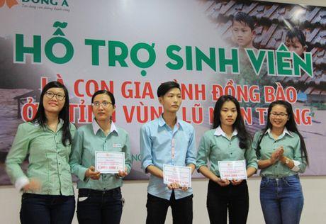 Hon 200 sinh vien con gia dinh dong bao vung ron lu mien Trung duoc ho tro hoc phi - Anh 2