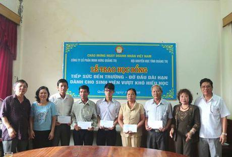Quang Tri: Trao hoc bong tiep suc den truong va do dau dai han cho sinh vien ngheo hieu hoc - Anh 1