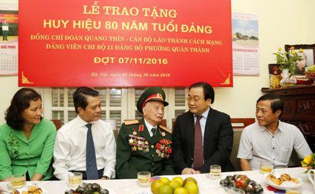 Trao Huy hieu 80 nam tuoi Dang cho dang vien lao thanh - Anh 1