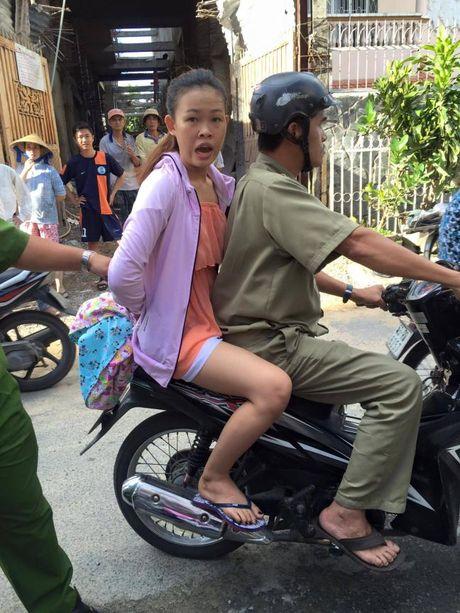 Nu ca si quat nga xe nhom doi tuong trom tai san hang xom - Anh 1