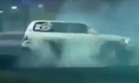 Soc voi man drift dien cuong bang xe SUV cua mot tay choi - Anh 1
