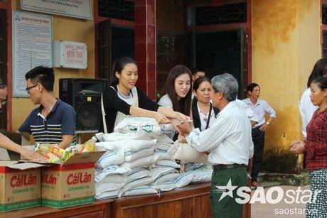 Vua tro ve tu Han Quoc, Lan Khue va Mai Ngo lap tuc den Ha Tinh cuu tro - Anh 4