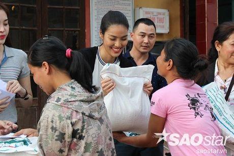 Vua tro ve tu Han Quoc, Lan Khue va Mai Ngo lap tuc den Ha Tinh cuu tro - Anh 6