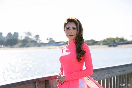 Thanh Thao dien ao dai, tu tin khoe duong cong quyen ru khi lam giam khao tren dat My - Anh 11
