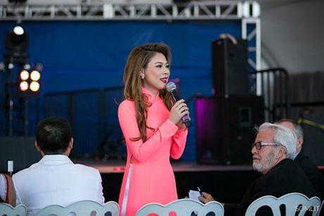 Thanh Thao dien ao dai, tu tin khoe duong cong quyen ru khi lam giam khao tren dat My - Anh 2