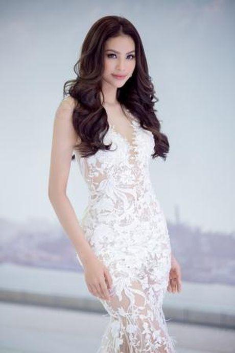 Hoa hau Pham Huong dien dam ren kieu sa nhu nu than hut moi anh nhin - Anh 3