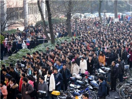 Gan 10.000 nguoi tranh nhau xin lam 'phuc vu tra nuoc' - Anh 1