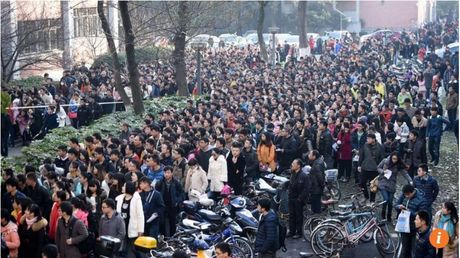 Gan 10.000 nguoi tranh nhau xin lam 'phuc vu tra nuoc' - Anh 2