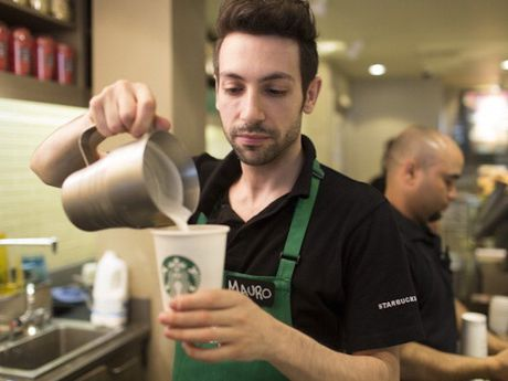 Nhan vien Starbucks duoc phep tu sang tao do uong moi - Anh 1