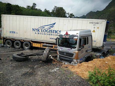 Lang Son: Container loang choang dam 5 nguoi thuong vong - Anh 1