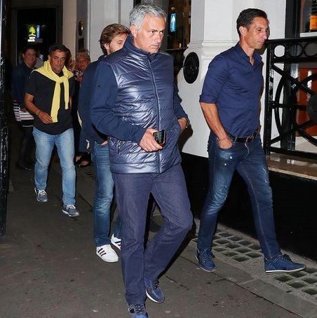 Mourinho ca than cuoc song o Manchester la 'tham hoa' - Anh 2