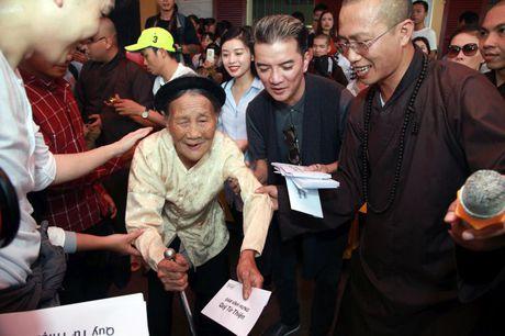 Dam Vinh Hung lam am long nguoi dan vung lu - Anh 2