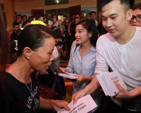 Dam Vinh Hung lam am long nguoi dan vung lu - Anh 3