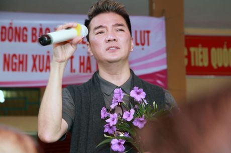 Dam Vinh Hung lam am long nguoi dan vung lu - Anh 4