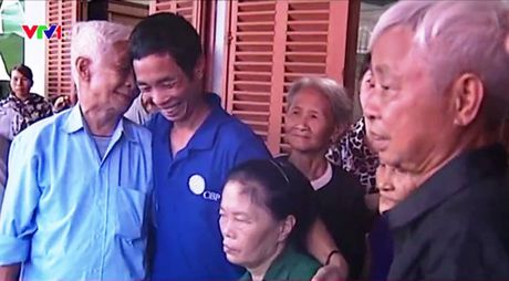 Thuyen vien Phan Van Phuong bi bat coc da doan tu voi gia dinh - Anh 1