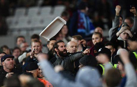 Fan Chelsea bi danh do mau o tran thua West Ham - Anh 1