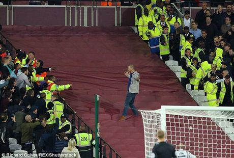 Fan Chelsea bi danh do mau o tran thua West Ham - Anh 3