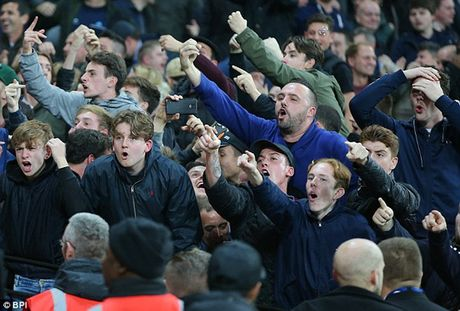Fan Chelsea bi danh do mau o tran thua West Ham - Anh 4