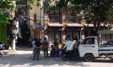 Con mot nan nhan trong vu no sung ban le tan nha nghi Nam Cuong dang duoc cap cuu - Anh 1