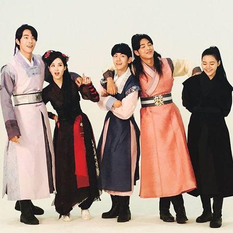 Sao Han 27/10: Park Shin Hye tu suong ao dieu, Go Ara toc tet xinh yeu - Anh 3