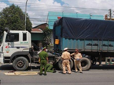 Tai nan giao thong ngay 27/10: Nu sinh lop 11 bi container can tu vong - Anh 1