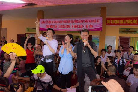 Mr. Dam doi mua den tang qua cho ba con vung lu Ha Tinh - Anh 10