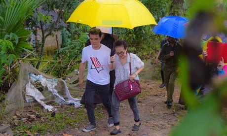 Mr. Dam doi mua den tang qua cho ba con vung lu Ha Tinh - Anh 2