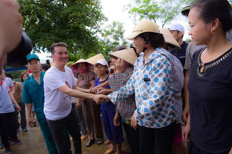 Mr. Dam doi mua den tang qua cho ba con vung lu Ha Tinh - Anh 3