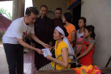Mr. Dam doi mua den tang qua cho ba con vung lu Ha Tinh - Anh 5
