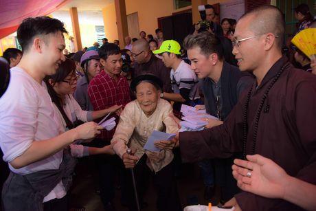 Mr. Dam doi mua den tang qua cho ba con vung lu Ha Tinh - Anh 7