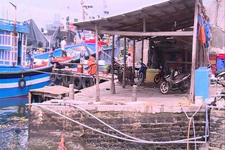 Quang Ngai: Nguy co tai nan duong thuy do luong song ra cang Sa Ky bi lan chiem - Anh 1
