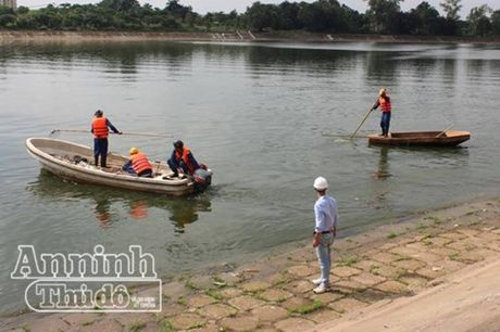 Lay mau nuoc dieu tra nguyen nhan ca chet bat thuong o ho Linh Dam - Anh 1