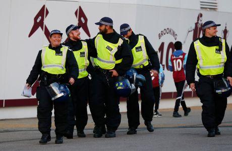 West Ham chien thang Chelsea trong tran cau nhuom mau bao luc - Anh 11