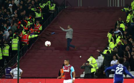 West Ham chien thang Chelsea trong tran cau nhuom mau bao luc - Anh 12