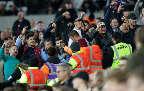 West Ham chien thang Chelsea trong tran cau nhuom mau bao luc - Anh 14